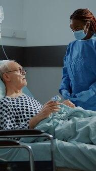 Medico afroamericano che parla con paziente con malattia