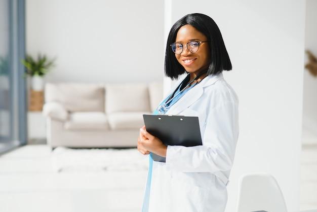 Medico afroamericano che lavora nel suo ufficio presso la clinica