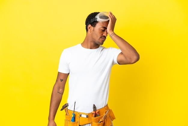 L'elettricista afroamericano sopra il muro giallo isolato ha realizzato qualcosa e intendeva la soluzione