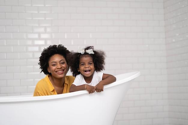 Famiglia afro-americana, madre felice e figlia che si divertono