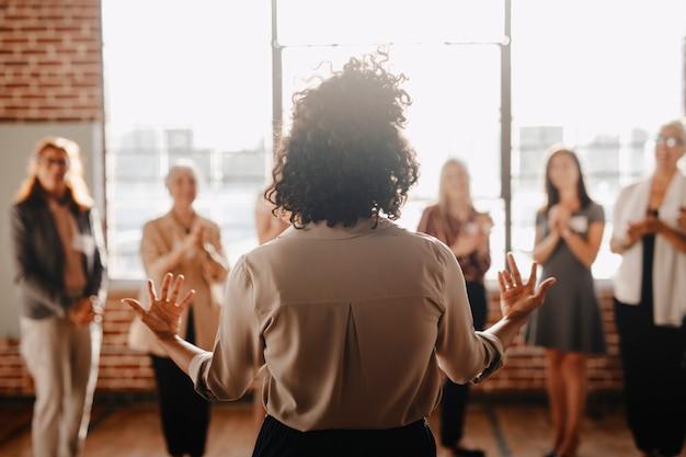 Donna afroamericana che dà potere ad altri colleghi sul posto di lavoro