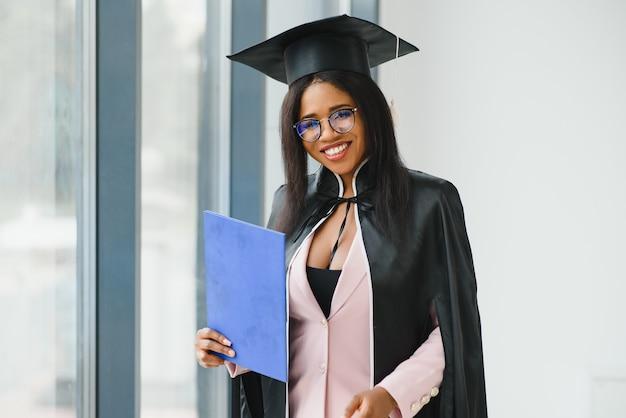 Diploma in possesso di laureato afroamericano.
