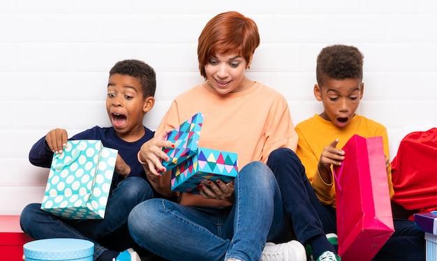 Bambini afroamericani con la madre tra i tanti regali per le vacanze di natale