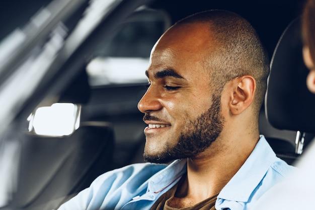 Autista maschio afroamericano seduto in una macchina