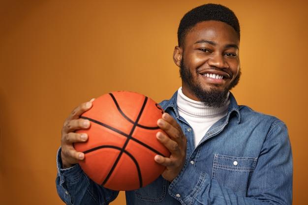 Uomo afroamericano che tiene palla da basket
