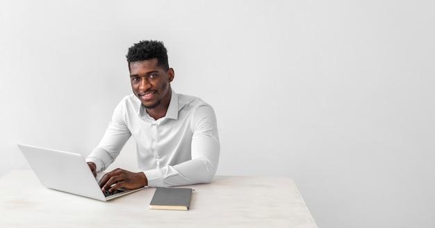 Uomo afroamericano seduto copia spazio