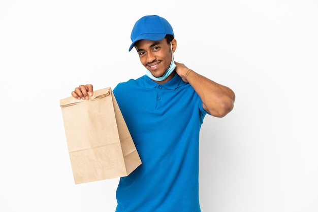 Uomo afroamericano che prende un sacchetto di cibo da asporto isolato su sfondo bianco ridendo