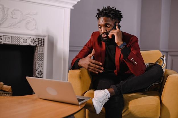 Uomo afroamericano che parla al telefono