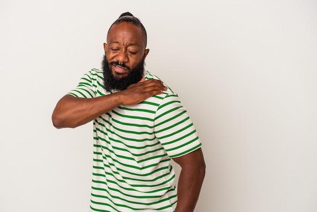 Uomo afroamericano con la barba isolata sulla parete rosa che ha un dolore alla spalla.