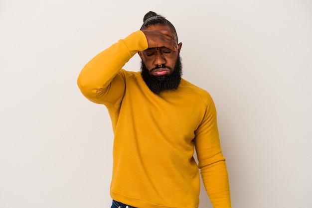 Uomo afroamericano con la barba isolata sulla parete rosa toccando le tempie e avendo mal di testa.