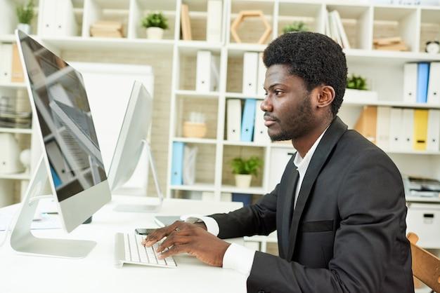 Manager afroamericano sul posto di lavoro