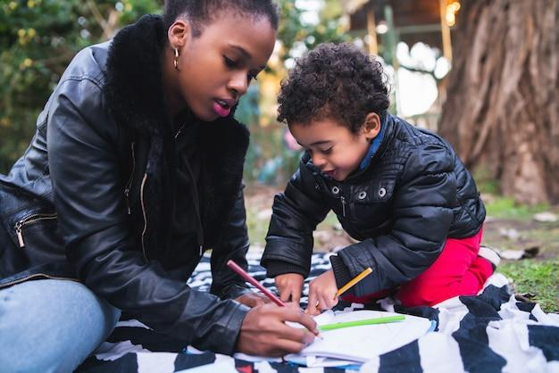 Madre dell'afroamericano con suo figlio.