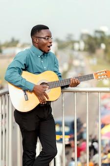 Musicista afroamericano che celebra la giornata internazionale del jazz Foto Premium