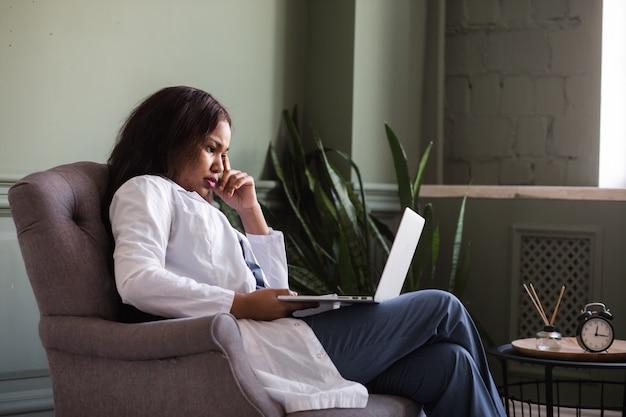 Videoconferenza infermiera afroamericana con lavoro remoto di formazione video comunicazione paziente
