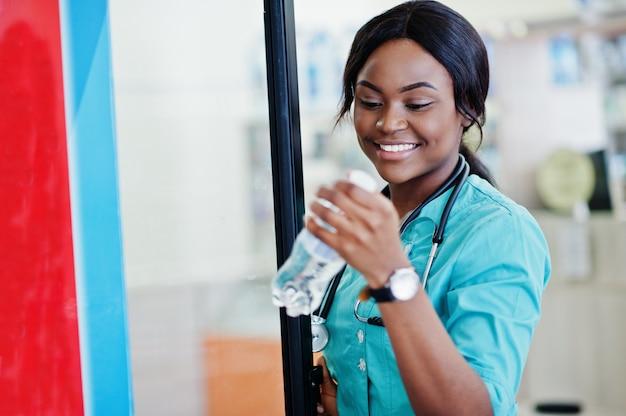 Farmacista afroamericano che lavora nella farmacia alla farmacia dell'ospedale. assistenza sanitaria africana.