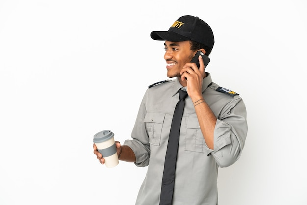 Salvaguardia afroamericana su sfondo bianco isolato che tiene caffè da portare via e un cellulare