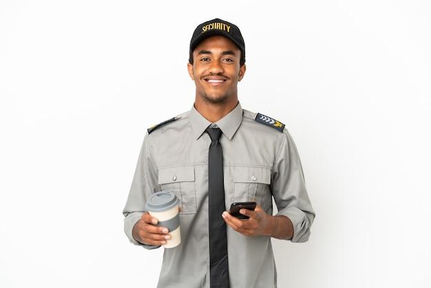 Protezione afroamericana sopra fondo bianco isolato che tiene il caffè da portare via e un cellulare