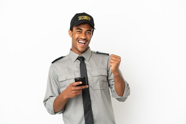 Salvaguardia afroamericana su sfondo bianco isolato con telefono in posizione di vittoria