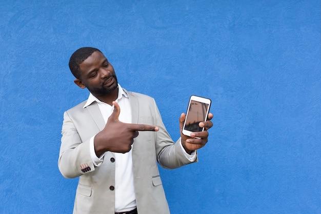 L'afroamericano mostra la sua mano sullo schermo del telefono