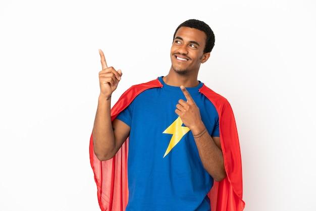 African american super hero uomo isolato su sfondo bianco che punta con il dito indice una grande idea