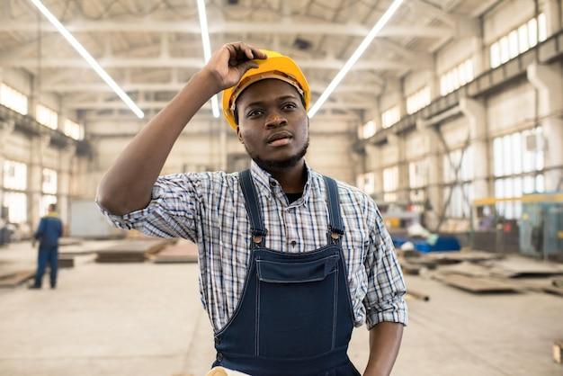 Tecnico afroamericano al lavoro