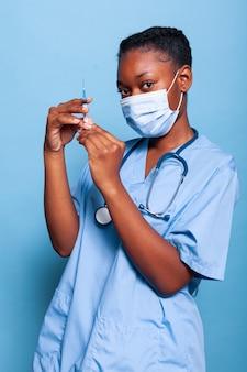 Assistente terapista afroamericano con maschera protettiva