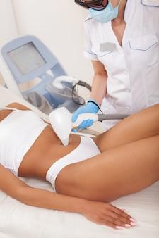 Donna afroamericana che ottiene trattamento di epilazione laser