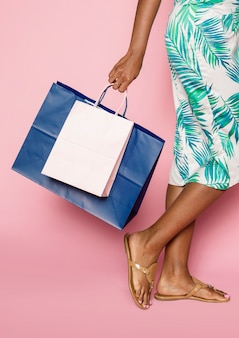 Donna afroamericana che fa shopping estivo