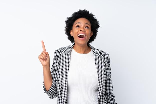 Donna afroamericana con blazer isolato rivolto verso l'alto e sorpreso