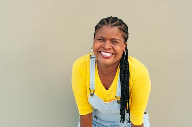 Donna afroamericana con le trecce che guarda la telecamera