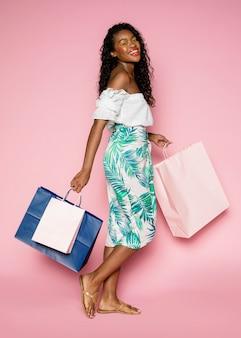 Donna afroamericana con le borse della spesa