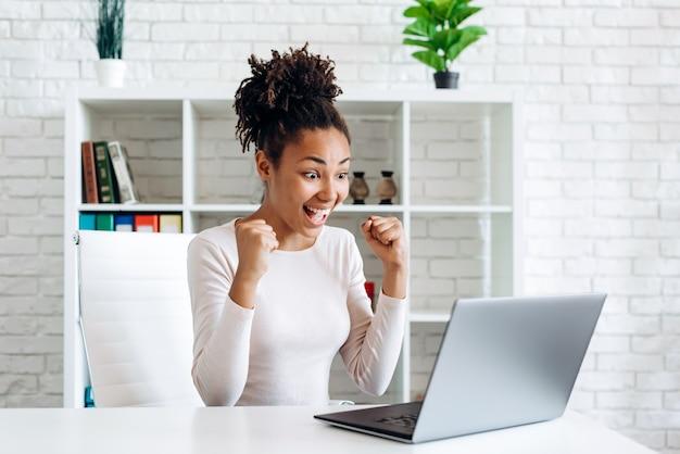 Donna afro-americana che lavora su un computer portatile