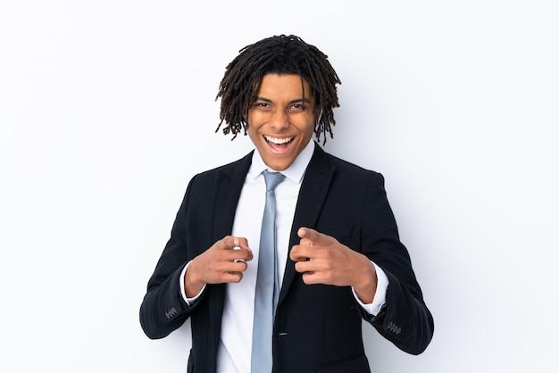 Giovane uomo afroamericano di affari sopra la parete bianca