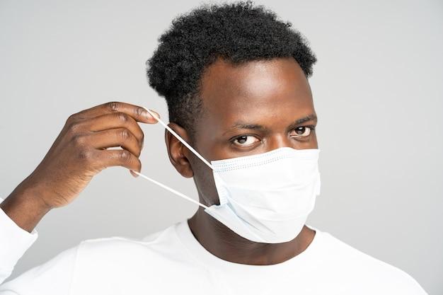 African american giovane uomo che indossa maschera medica viso