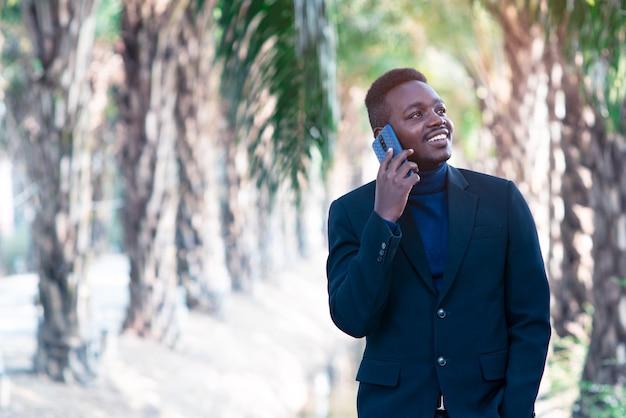 Uomo d'affari africano utilizzando smartphone