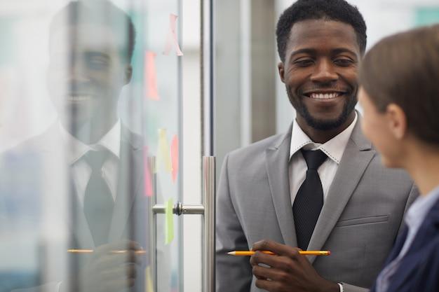 Uomo d'affari africano planning startup