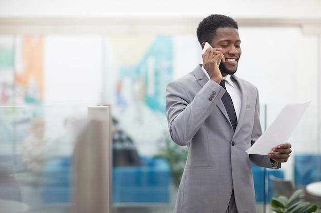 Uomo d'affari africano che parla dal telefono