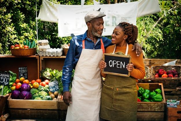 Negozio organico della gracery fresca del proprietario africano delle coppie