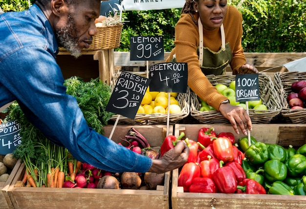 Negozio organico della drogheria fresca africana del proprietario delle coppie