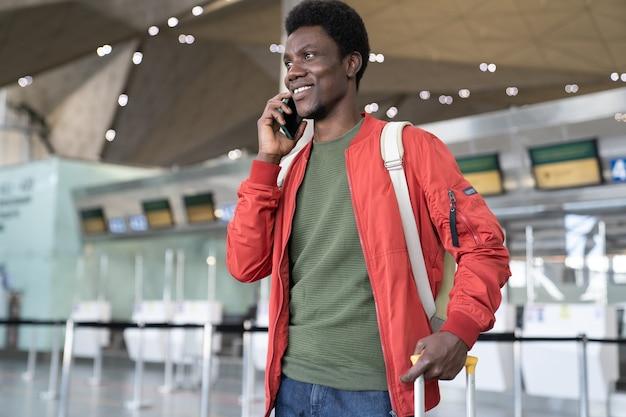 Un africano chiama un taxi in aeroporto