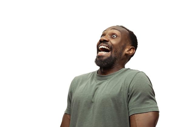Uomo africano isolato su bianco, emozioni meme, divertente