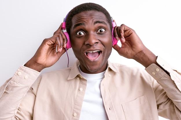 Uomo africano che ascolta la musica preferita con le cuffie