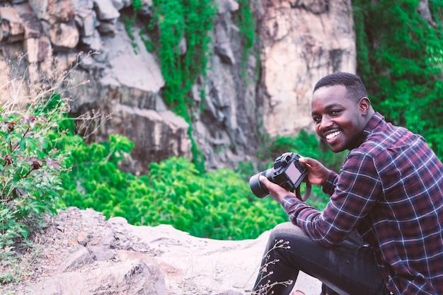 Fotografo dell'uomo africano che prende una macchina fotografica