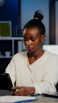 Donna manager africana che utilizza laptop e tablet