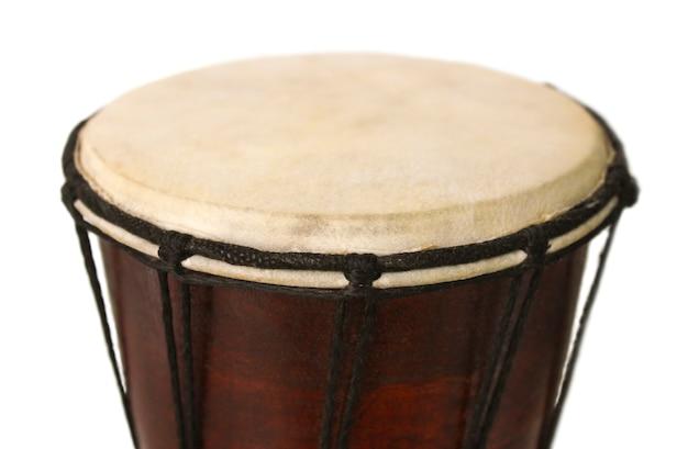 Primo piano nazionale africano del tamburo sulla superficie bianca