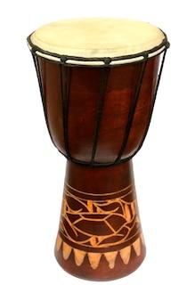 Primo piano nazionale africano del tamburo su bianco