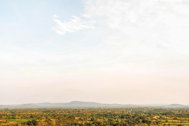 Paesaggio della natura africana con cielo sereno
