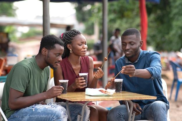 Africani che mangiano cibo da strada