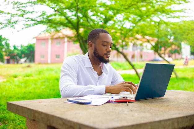 Studente africano che copia il suo compito da internet