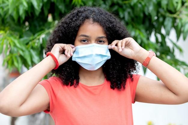 Adolescente africano che indossa una maschera per proteggersi dal virus